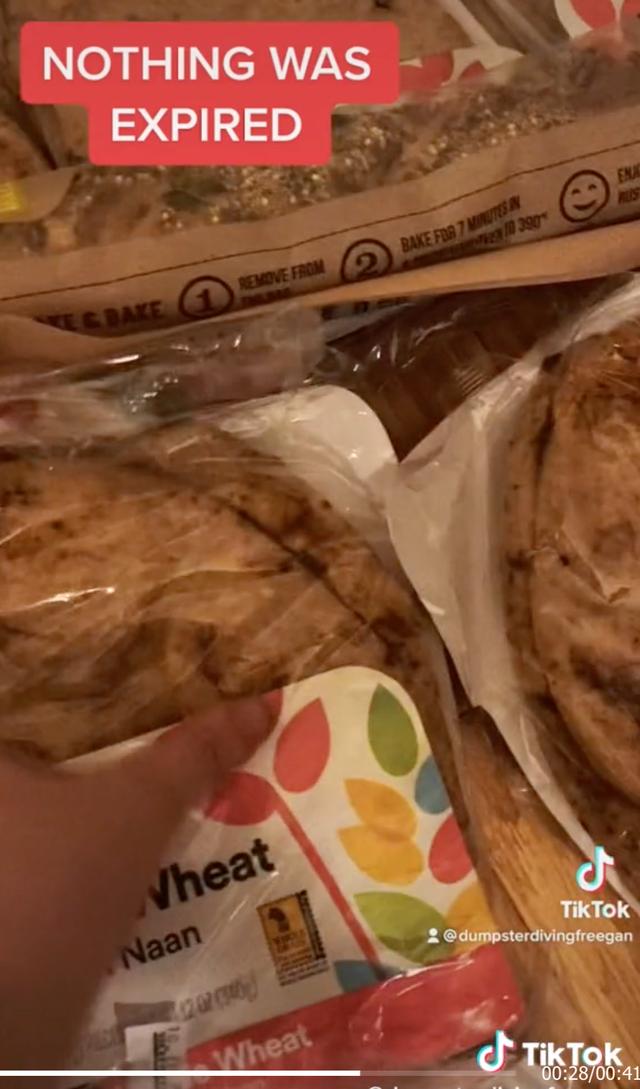Un TikTokker encontró docenas de paquetes de alimentos de Whole Foods que no habían caducado en un contenedor de basura