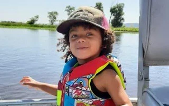 <p>Un niño de tres años sigue desaparecido luego de que su madre es encontrada muerta. </p>