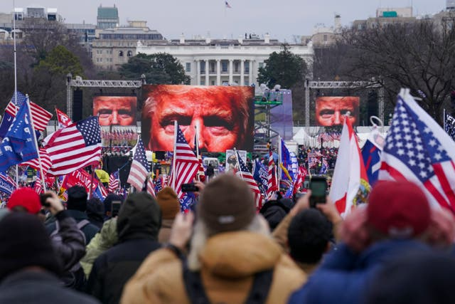 <p>Donald Trump aparece en pantallas gigantes mientras simpatizantes participan en una manifestación en Washington.</p>
