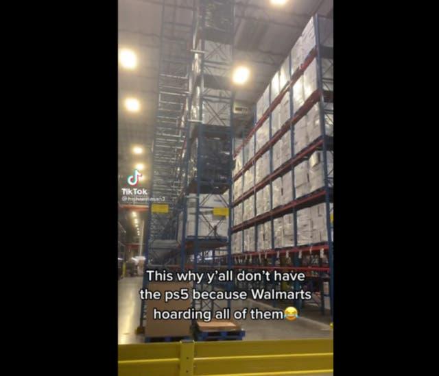 Fotograma de un video viral que supuestamente mostraba una reserva de PS5 en un almacén de Walmart.