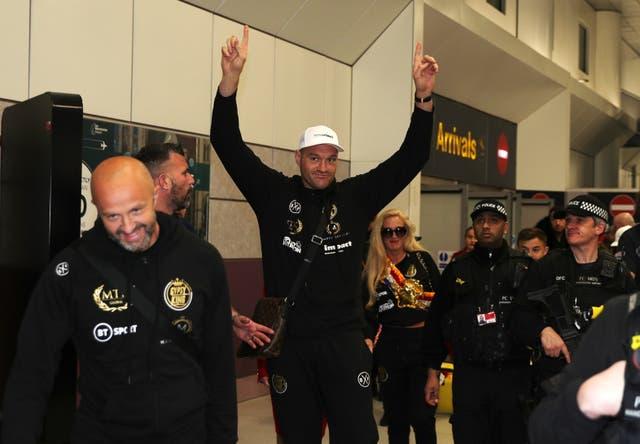 Tyson Fury, en la foto reconociendo a la multitud en el aeropuerto de Manchester después de regresar de su pelea de trilogía con Deontay Wilder, podría regresar al ring la próxima primavera (Peter Byrne / PA)