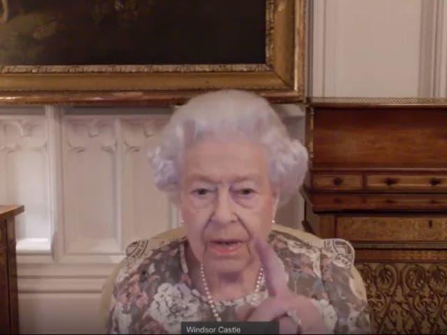 """Folleto de video aún emitido por el Palacio de Buckingham de la reina Isabel II, levantando su dedo mientras exclama: """"Ah, ahí está"""" cuando comenzó un enlace de video Audiencia con la Gobernadora General Designada de Nueva Zelanda, Dame Cindy Kiro"""