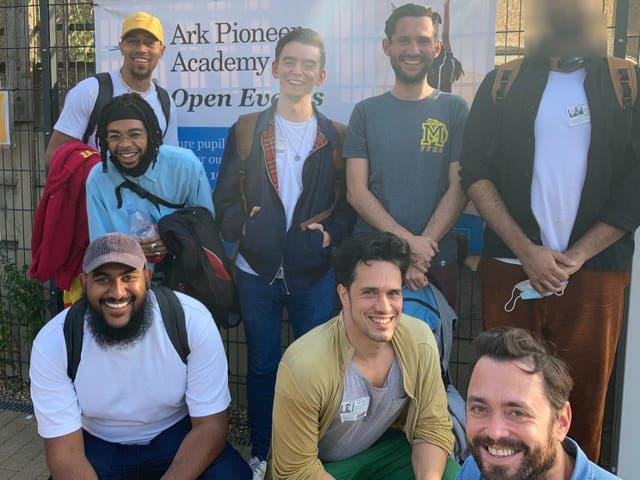 Un grupo de hombres que participan en la formación de voluntariado de Beyond Equality