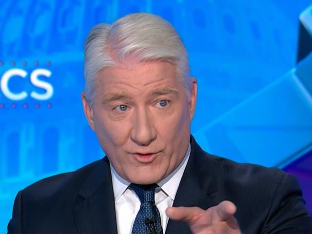 El presentador de CNN, John King, reveló que tiene esclerosis múltiple durante un segmento sobre los mandatos de vacunas el martes.