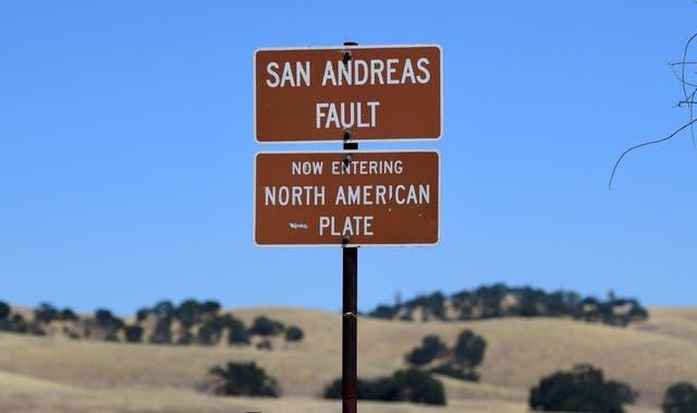 <p>La Falla de San Andrés es un límite tectónico entre la Placa del Pacífico, que se mueve hacia el noroeste a tres pulgadas cada año y la Placa de América del Norte, que se dirige hacia el sur a aproximadamente 1 pulgada por año.</p>