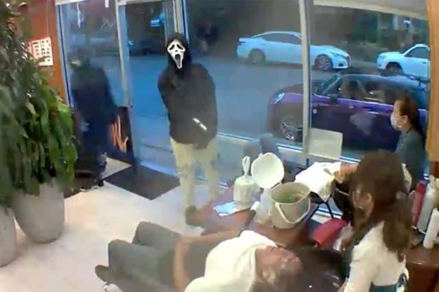 Según los informes, cuatro ladrones irrumpieron en el salón