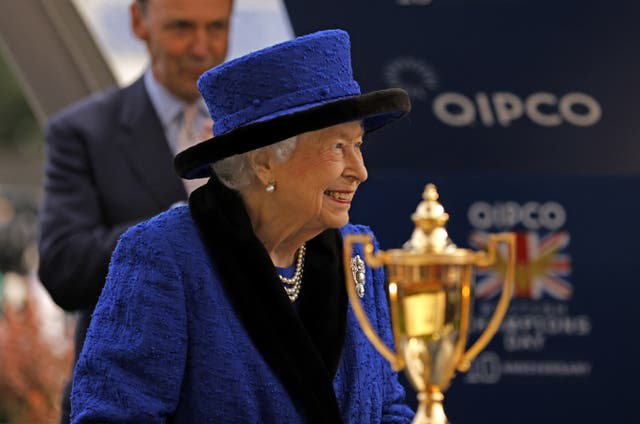 <p>The Queen presents a trophy at Ascot Racecourse on 16 October, 2021. </p>