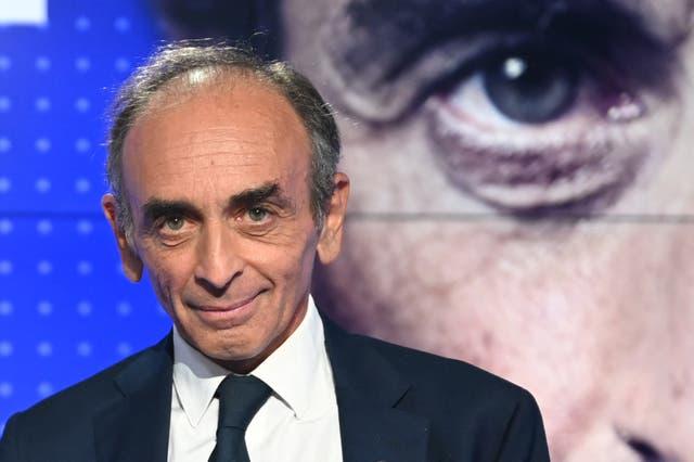 <p>El experto en medios de extrema derecha francés Eric Zemmour posa en el set antes de participar en un debate televisado con el líder del movimiento izquierdista francés La France Insoumise. </p>