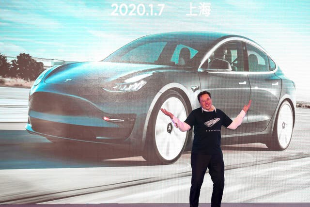El jefe de Tesla, Elon Musk, hace un gesto durante la ceremonia de entrega del Model 3 fabricado en China por Tesla en Shanghái