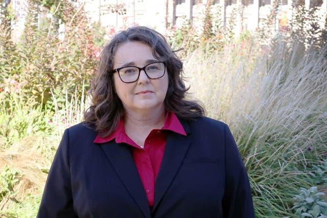 Lora Burnett alega que su ex empleador, Collin College of Texas, violó sus derechos de la Primera Enmienda después de despedirla por criticar a Mike Pence y la respuesta Covid-19 de la universidad en su cuenta personal de Twitter.