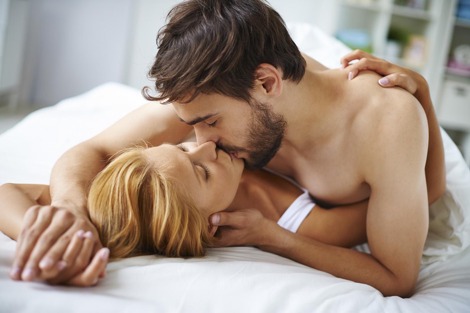 Смотреть видео как целуются в постели, взрослая баба дает в жопу