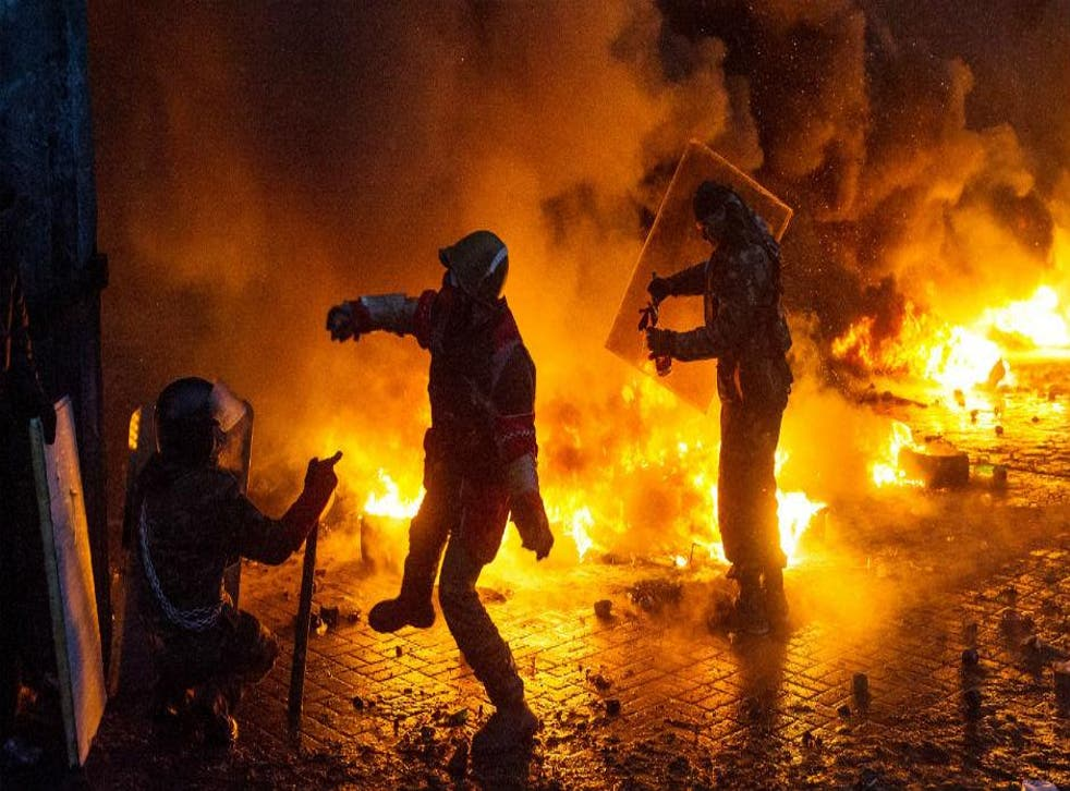 Protesters throw Molotov cocktails at police in Kiev, January 2014