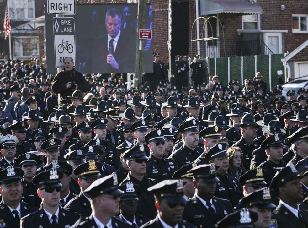 Hundreds of NYPD officers turn their backs on mayor Bill de Blasio
