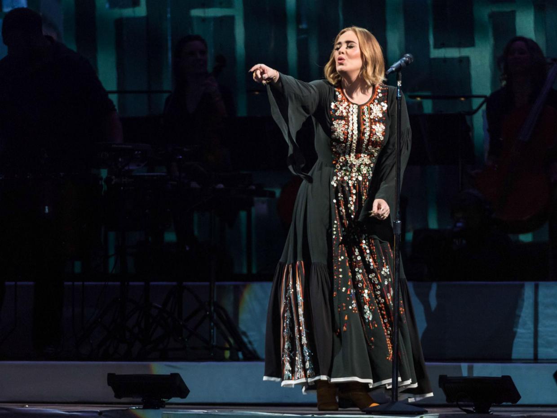 Британцы осудили Адель (Adele) за чрезмерную нецензурную брань.