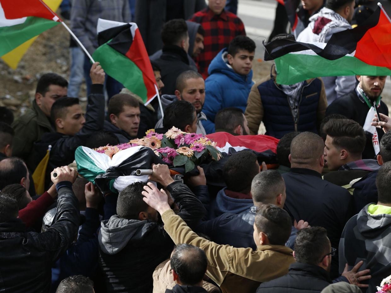 Palestinos carregam o corpo de Musab Firas al-Tamimi,17, durante seu funeral na vila Deir Nidham, no norte de Ramalá