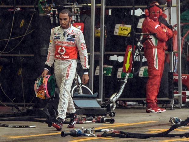 Lewis-Hamilton-walks-in-the.jpg