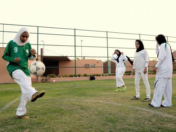 30-Saudi-Gilrs-Football-AFP.jpg