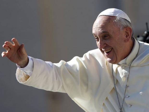 Pope_waves_at_Vatican.jpg