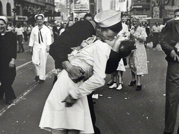 kissing-sailor.jpg