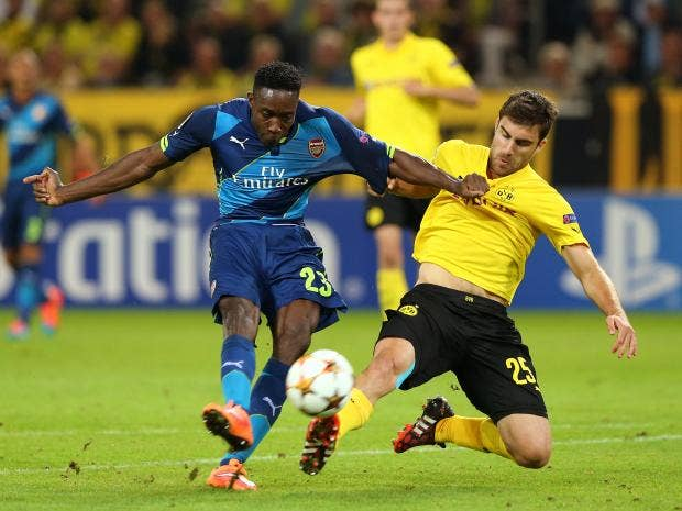 Danny-Welbeck-of-Arsenal-holds-off-the-challenge-from-Sokratis-Papastathopoulos.jpg