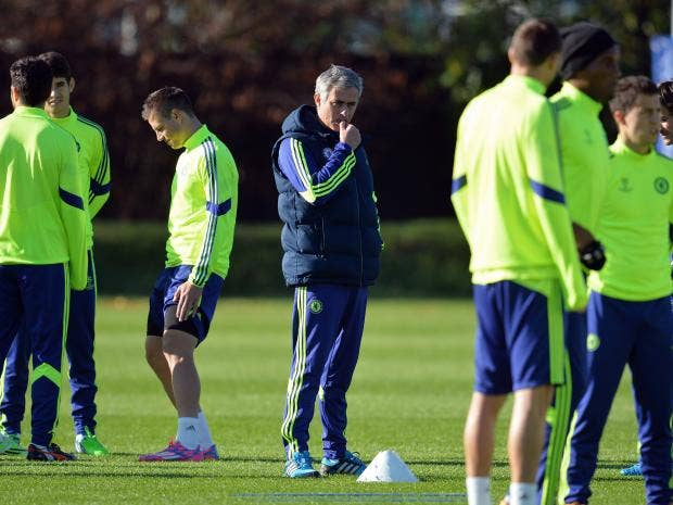 Chelsea's-Portuguese-manager-Jose-Mourinho-(C)-takes-part-in-a-training-session-for-the-forthcoming-UEFA-Champions-League,-group-G-football-match-against-NK-Maribor-at-Chelsea.jpg