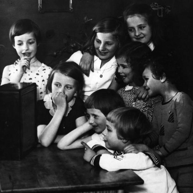 Children_listening_to_the_radio_1940s.jpg