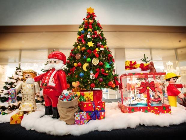 Christmas_tree_with_santa.jpg