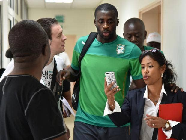 A-fan-takes-a-picture-with-Ivory-Coast's-midfielder-Yaya-Toure-art-Malabo-stadium.jpg