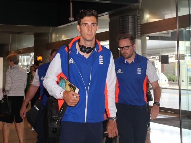 Steven-Finn-of-the-England-cricket-team-arrives-at-Sydney-Airport.jpg