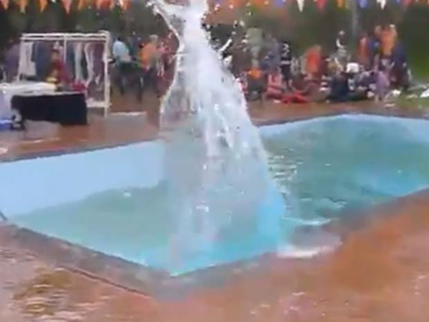 kathmandu-pool-earthquake-splash.si.jpg