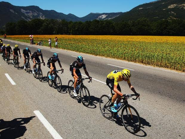 Chris-Froome-of-Great-Britain-and-Team-Sky-heads-the-peloton-with-team-mates-during-the-sixteenth-stage.jpg