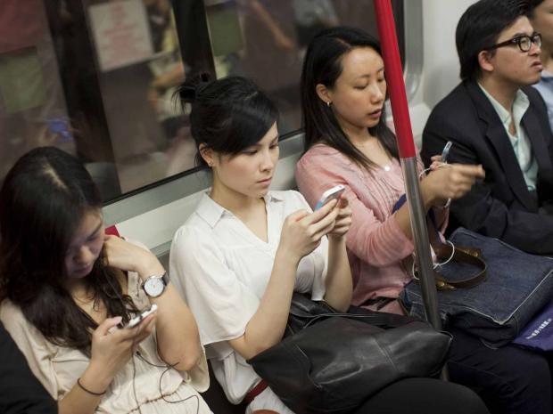 commuters-smartphone-epa.jpg
