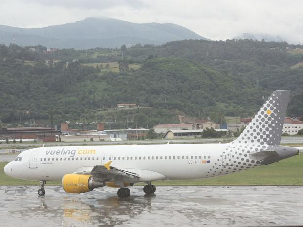1280px-Vueling_(EC-KFI),_Bilbao_Airport,_July_2010_(03).JPG
