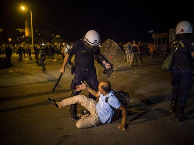 lesbos-refugees-police.jpg