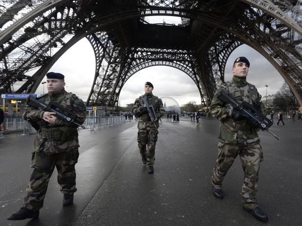 Ditador Macron? Presidente da França assina lei que acaba com direitos fundamentais e individuais