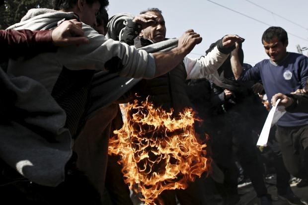 refugee-sets-fire-protest-borders.jpg