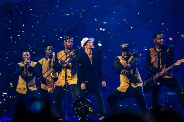 2017-04-19 - independent.co.uk - ig review: 'Uptown Funk' star brings the party but fans don't feel like dancing Bruno-mars