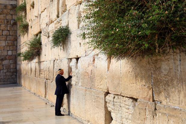 Periodistas femeninas 'incapaces de escuchar' la visita de Trump al Muro por la segregación de género (EN)