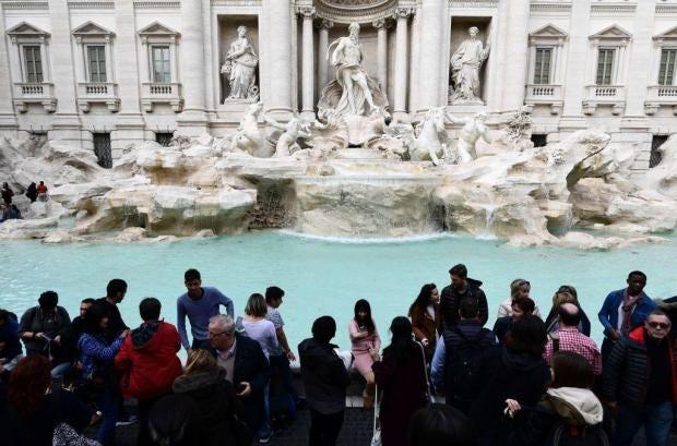 Αποτέλεσμα εικόνας για Rome forbids drinking, eating and paddling around the famous baroque fountains