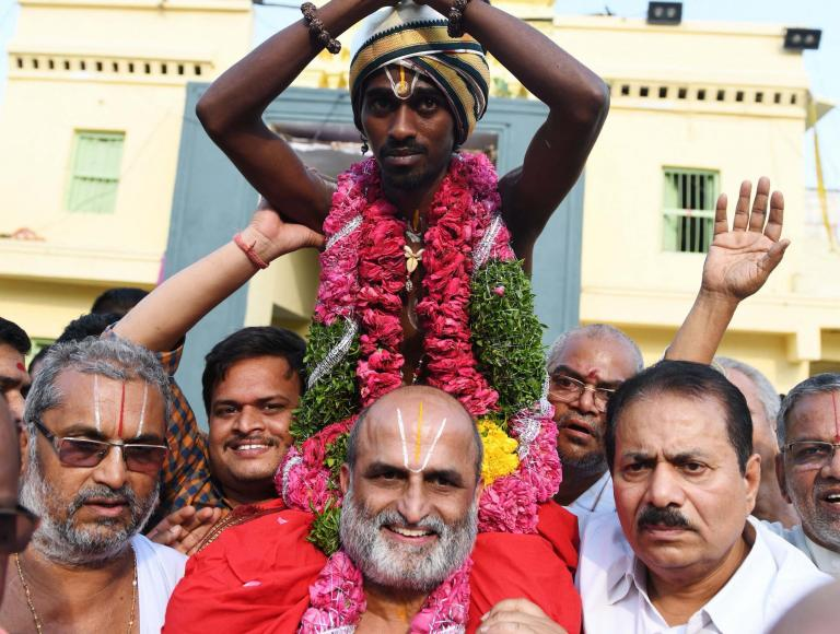 hindu-priest-carries-dalit.jpg