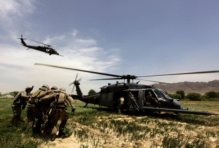 U.S.-Army-specialist-helped-by-comrades-