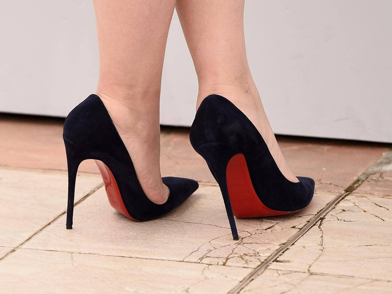 A student climbed to the highest mountain of the UK in 13 cm heels