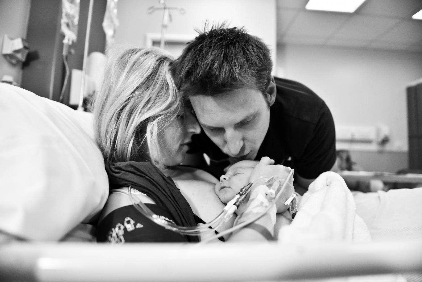 Husband driving, wife gives birth: extreme childbirth in the photo