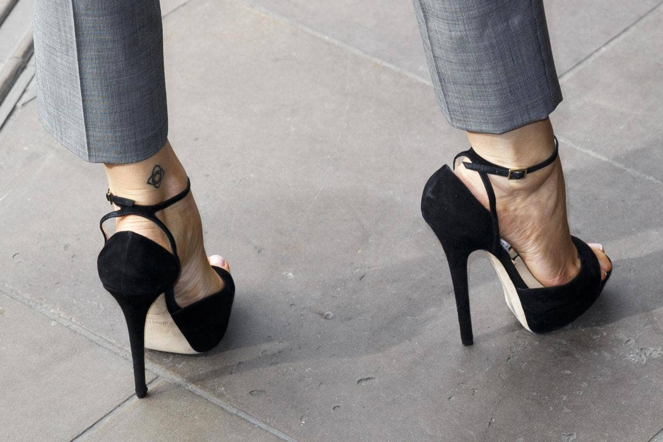 The waitress was forced to put on high heels, and she showed her bloody legs