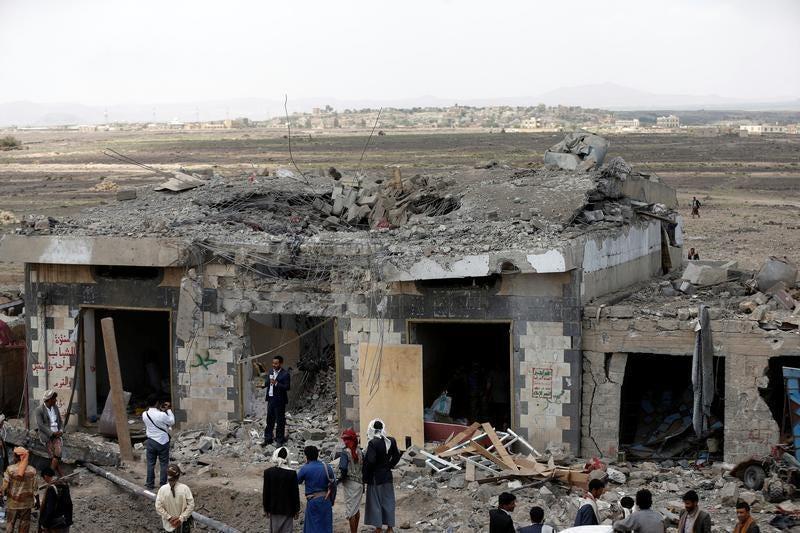 Yemen: Attacchi aerei guidati dai sauditi colpiscono hotel uccidendo 60 persone inclusi civili e rib