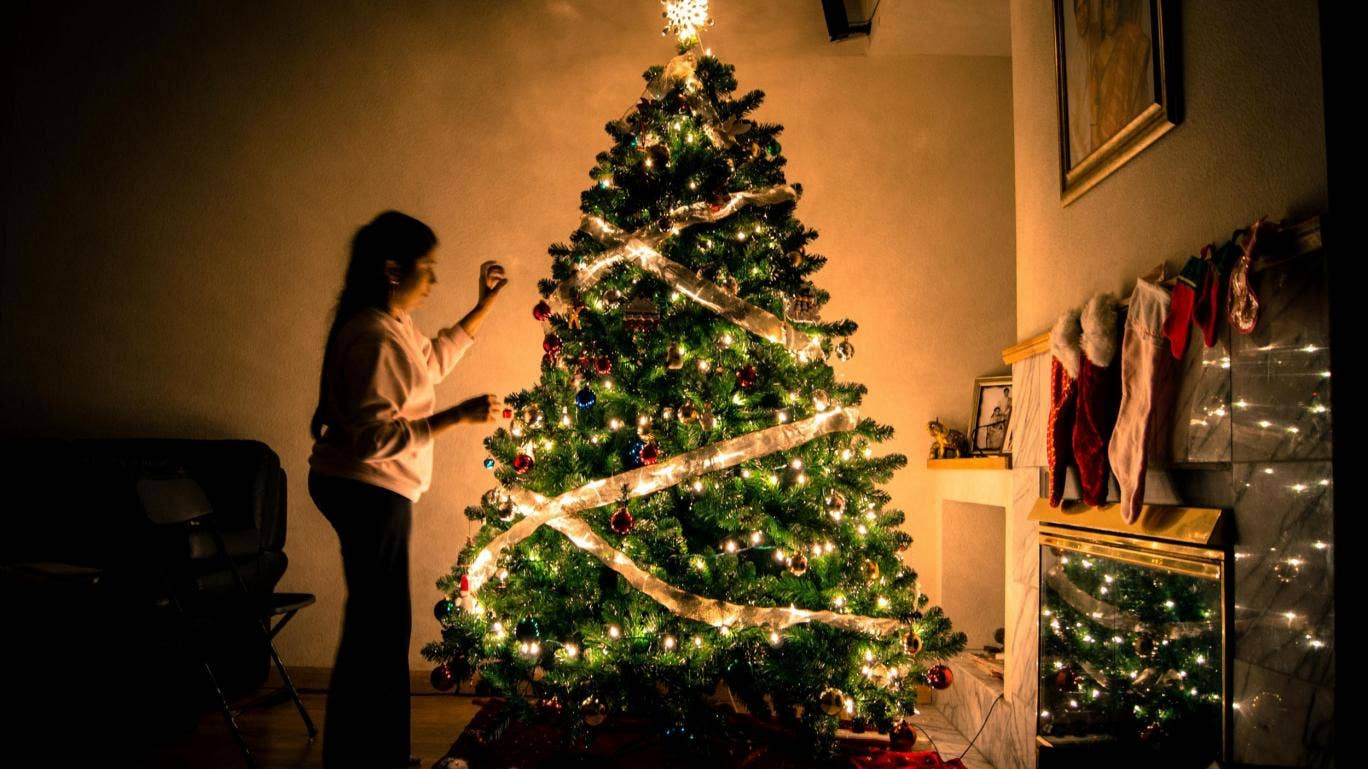 How to correctly dress Christmas tree lights, according to interior ...