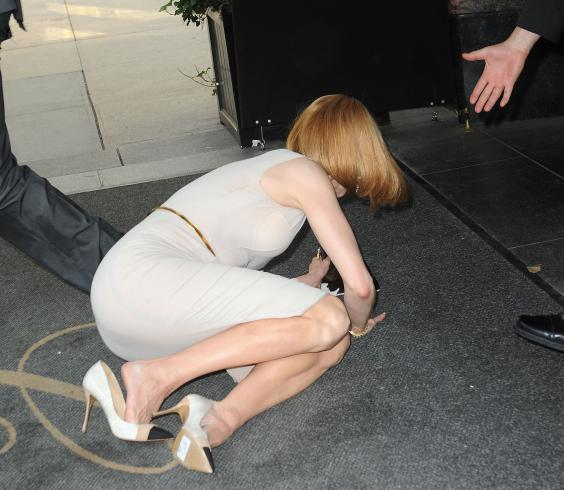 Nicole-Kidman-falls-to-ground.jpg