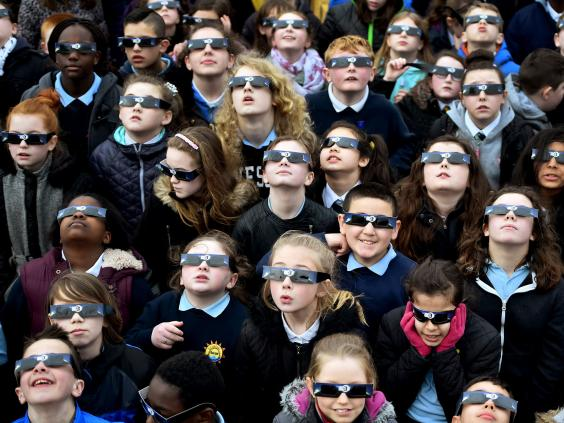 Glasgow_children_watch_eclipse.jpg