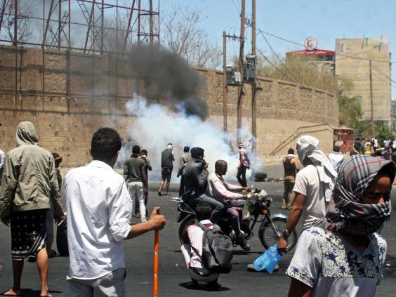 yemeni-protesters-epa.jpg