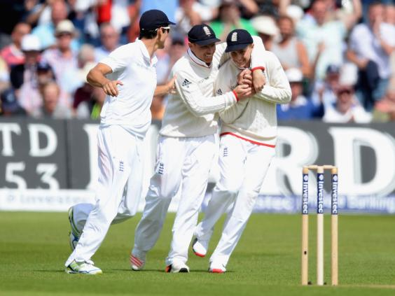 Joe-Root-of-England-celebrates-with-Ian-Bell-after-catching-out-Mitchell-Johnson.jpg